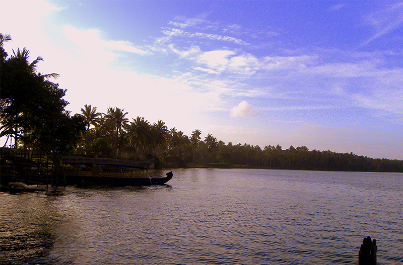 Paravur_Lake,_Kollam_-_An_evening_scene